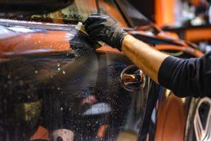 Nettoyage carrosserie automobile